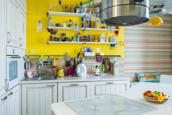 Если вы сделали выбор в пользу ярких стен, оставьте мебель нейтрального светлого цвета
