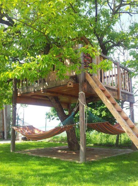Если вы живете в частном доме с большим приусадебным участком, то ваши и соседские дети будут рады построенной на дереве сказочной избушке. Под дощатым настилом нашлось место для пары гамаков, что позволит отдохнуть взрослым членам семьи.