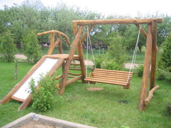 Эта детская площадка для дачи своими руками построена из бревен, оставшихся от раскорчевки участка.