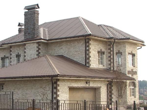 Фасады, облицованные камнем, смотрятся очень солидно
