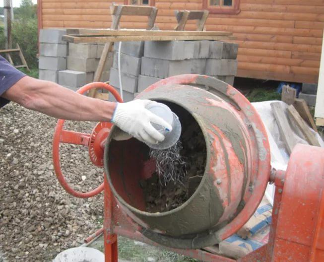 Фиброволокно добавляется в сухую смесь до заливки в бетономешалку воды