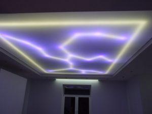 Фигурная подсветка воссоздает под полотном разные рисунки.
