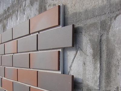 Фиксация МДФ панели, имитирующей кирпичную кладку, на бетонную стену