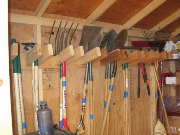 Из старой лестницы можно сделать отличный стеллаж для садовых инструментов