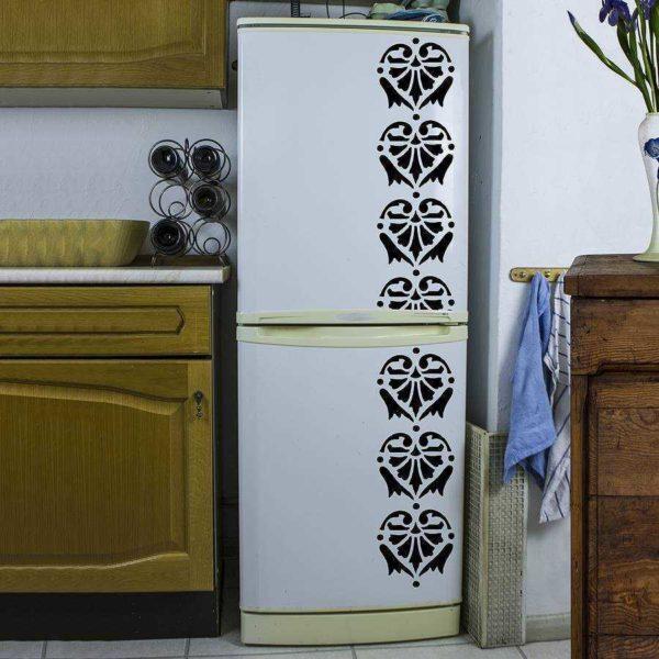 Роспись холодильника при помощи трафарета