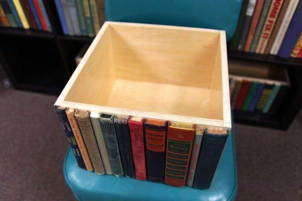Ящик для хранения мелочей, украшенный корешками книг
