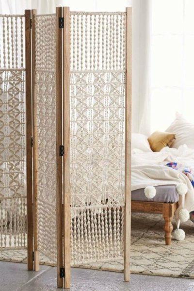 Декоративная ширма, выполненная в технике макраме, в интерьере спальни