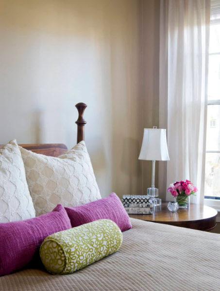 Декоративные подушки - это правильный акцент в интерьере скромной комнаты