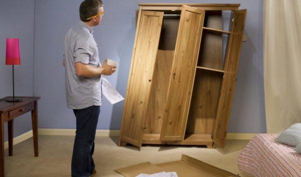 Сломанный шкаф - это опасная вещь не только в спальне, но и во всём доме