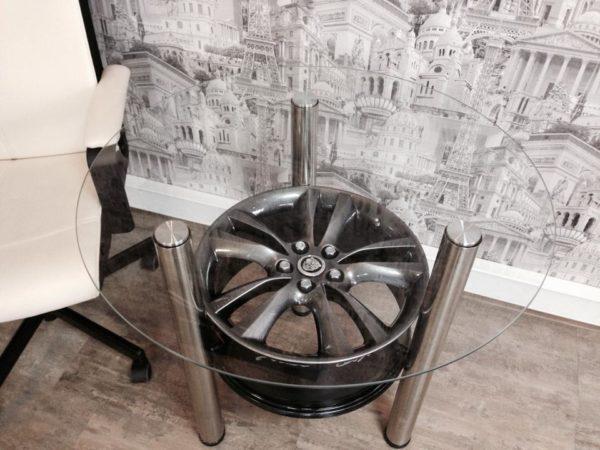 Стол из диска в интерьере загородного дома