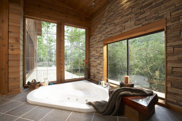 Ванная комната с панорамным видом на лес