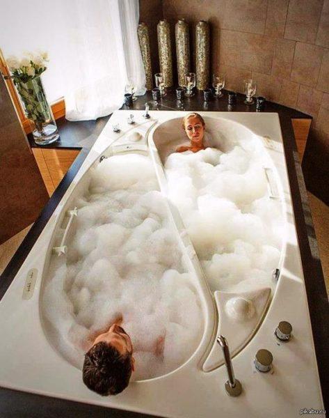 В такой ванне удобно каждому партнеру