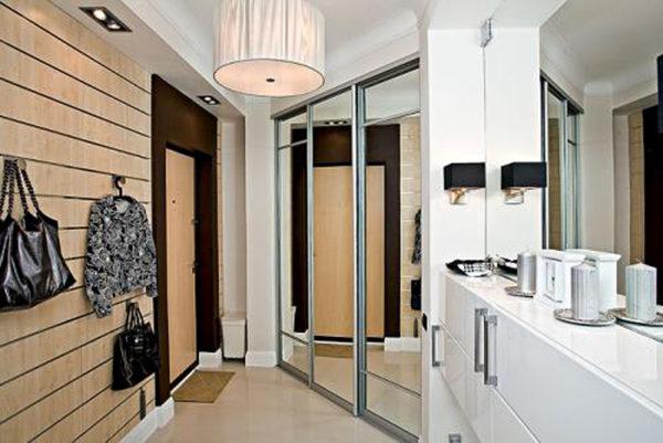 Зеркало напротив входной двери в интерьере квартиры