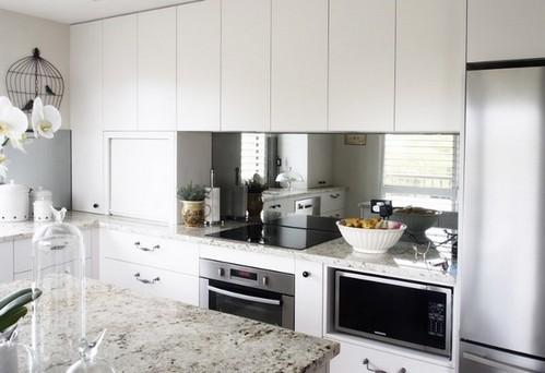 Не вешайте зеркало напротив плиты, так как это негативно влияет на самочувствие человека, который готовит пищу