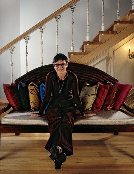 Ирина Хакамада в своей гостиной комнате