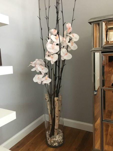 Напольная ваза в углу гостиной комнаты