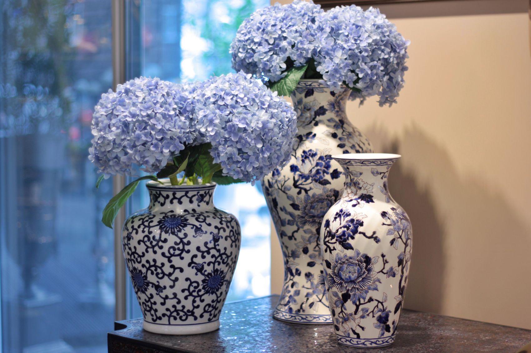 Фарфоровые вазы с цветочным узором