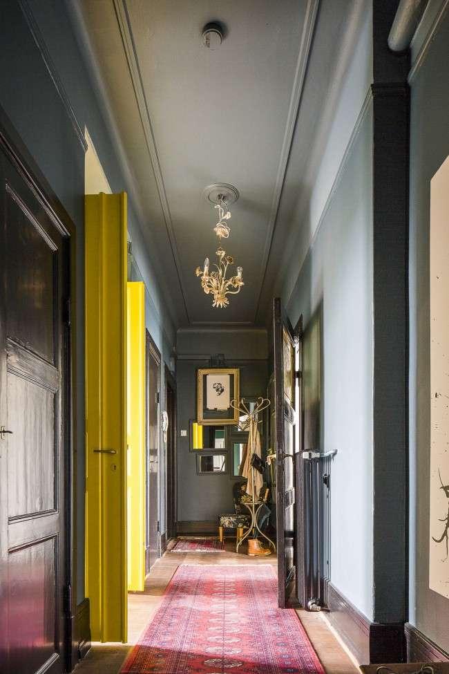 Простой способ преображения узкого коридора - это добавить какую-нибудь вещь, цепляющая взгляд