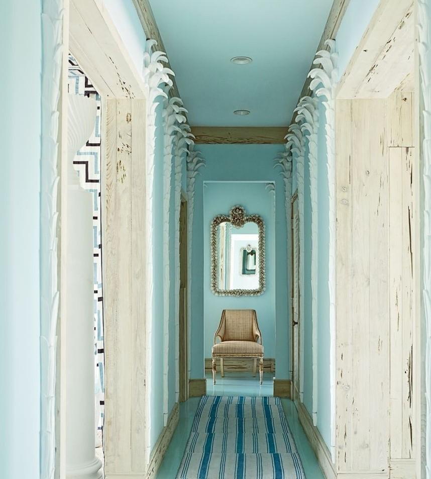 Пример стильного дизайна узкого коридора