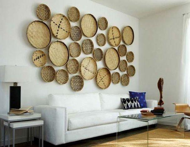 Интересное оформление стены в гостиной комнате