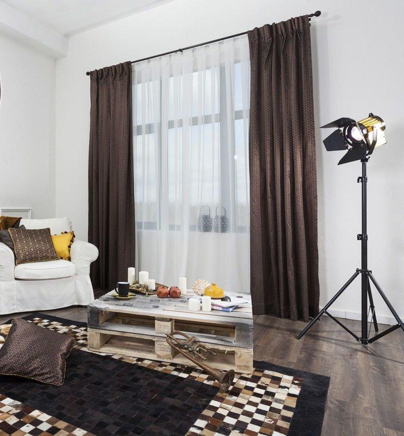 Темные шторы добавляют комфорт интерьеру гостиной