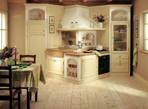 Треугольный гарнитур в интерьере кухни