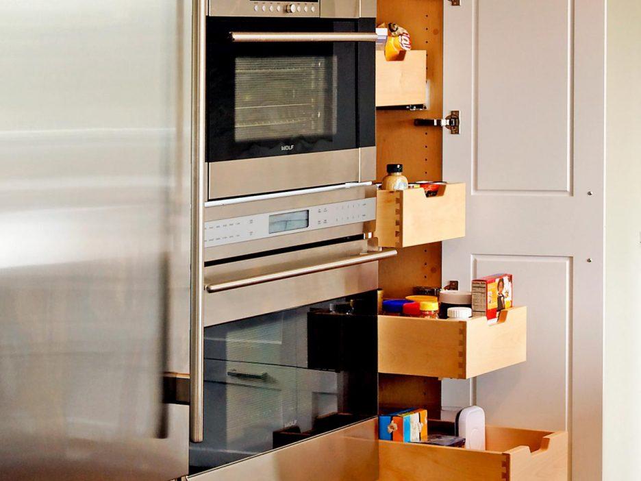 Узкий шкафчик - отличный вариант для хранения вещей