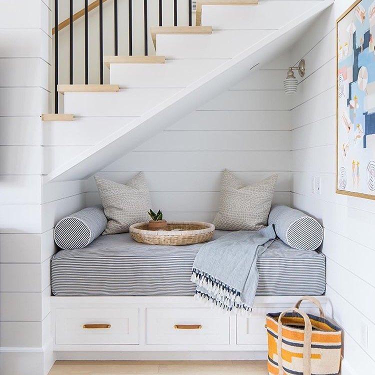 Зона отдыха, оборудованная под лестницей