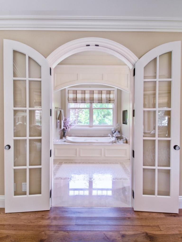 Распашная дверь арочного типа в интерьере ванной комнаты
