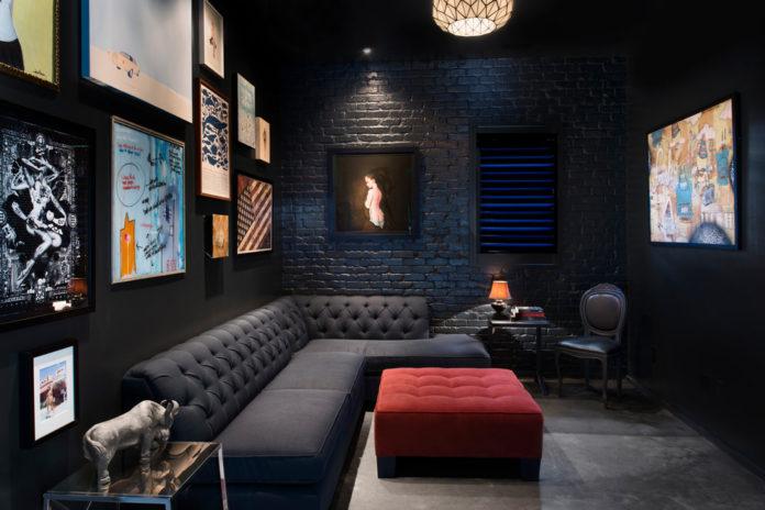 Темная отделка стен предназначена для домашнего просмотра фильмов
