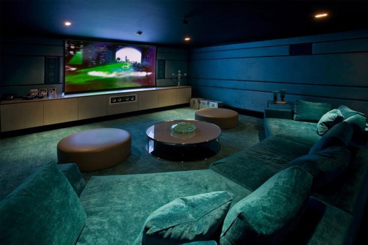 Трансформирующейся мягкий диван - идеальный вариант мебели для домашнего кинотеатра