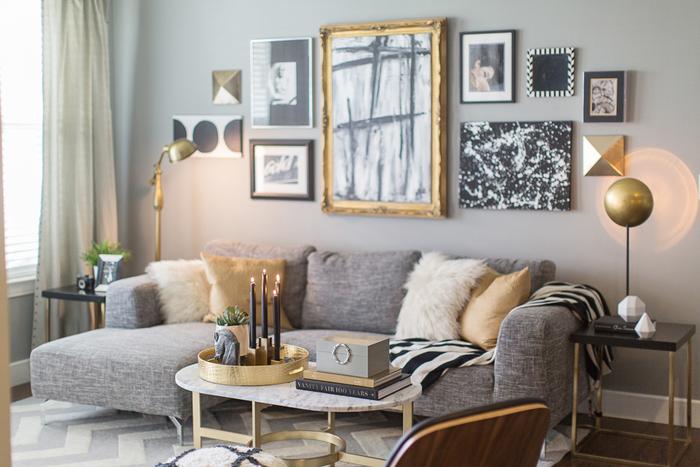 Золотые элементы декора в интерьере гостиной