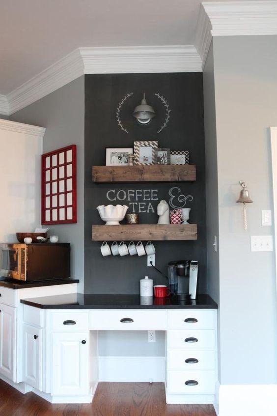 Кофе-бар в интерьере кухни, организованный при помощи открытых полок