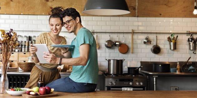 Пара заказывает товары для кухни с сайта AliExpress