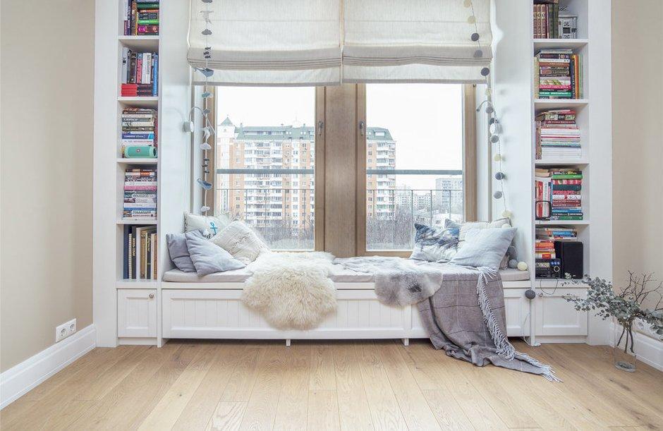 Подоконник в качестве уютного уголка для чтения и холодных зимних вечеров