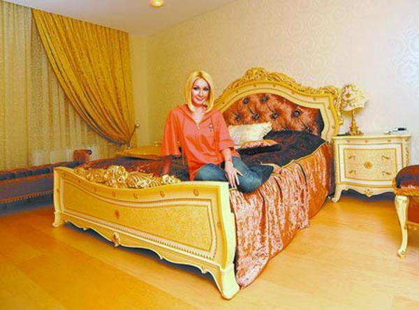 Спальня телеведущей и её известная кровать, изголовье которой украшено кристаллами Сваровски
