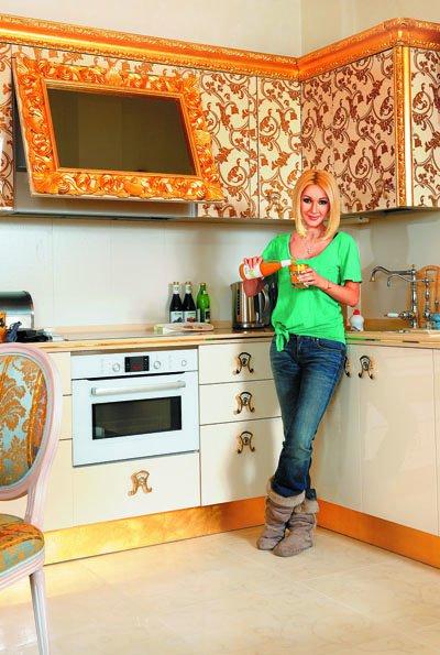 Лера Кудрявцева на кухне своей квартиры