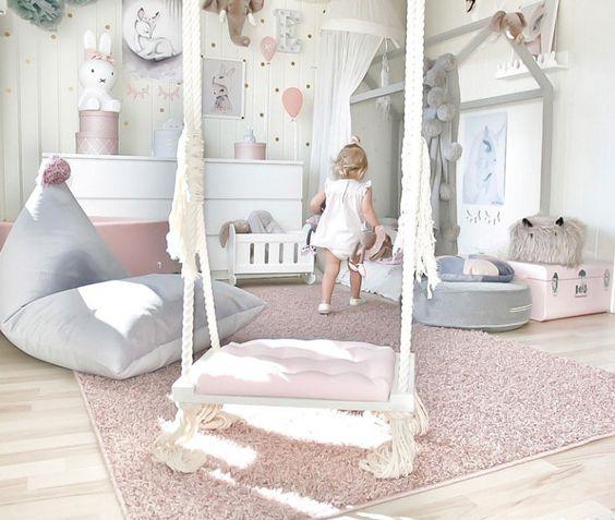 Большой мягкий коврик в девчачьей комнате