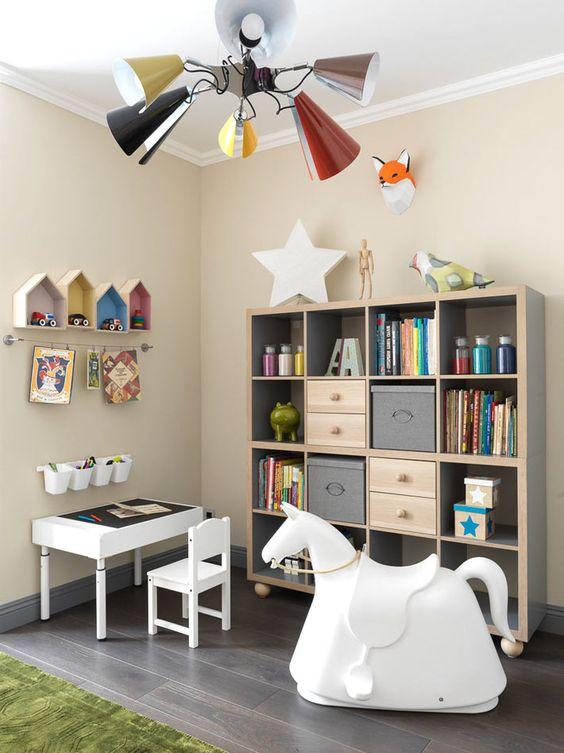 Место в детской для маленьких детей, где они могут почитать и поизучать мир вокруг себя