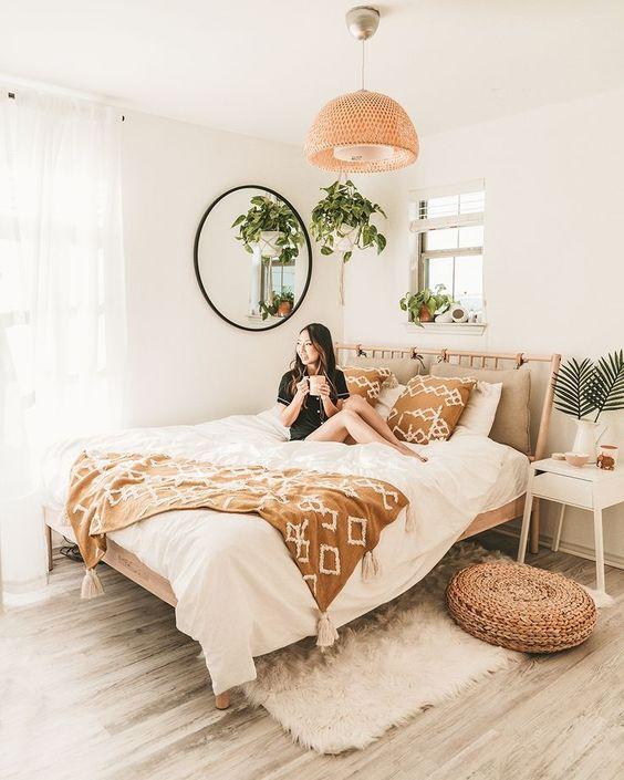 Пушистый ковер в интерьере спальни