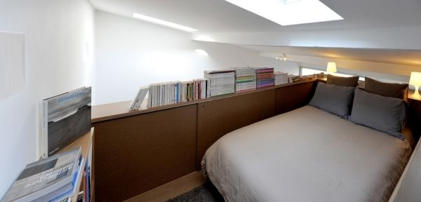 Уютная спальня с бортиками, в которых можно хранить одежду или использовать в качестве дополнительного места хранения вещей