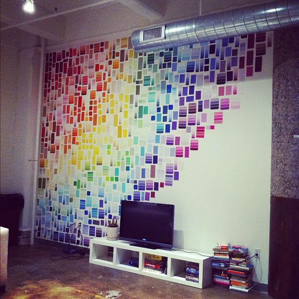 Украшение стены образцами цветов красок