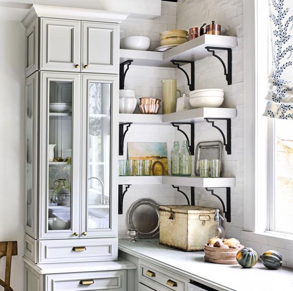 Открытые угловые полки в интерьере кухни