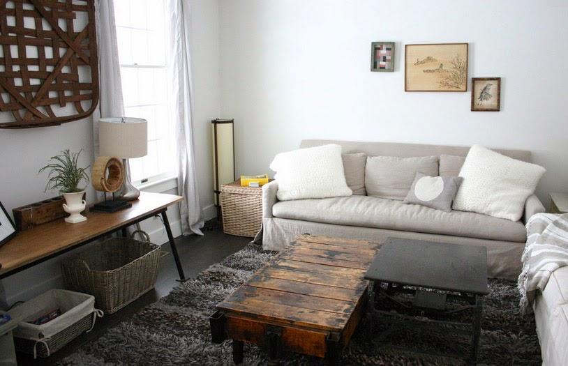 Плетеные корзины в интерьере крошечной, но функциональной гостиной