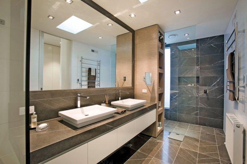 Большое зеркало на всю стену - отличный выбор для ванной