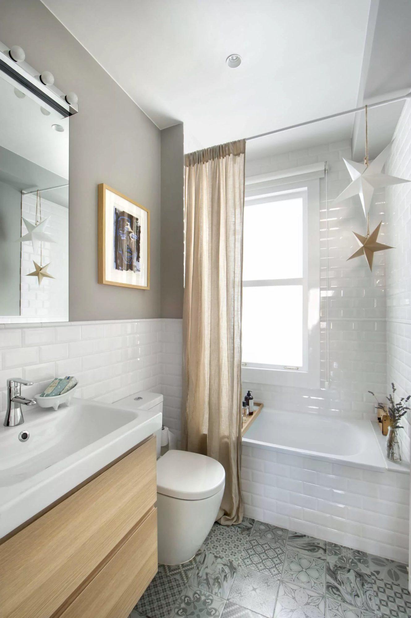 Туалет, выполненный в едином стиле с ванной
