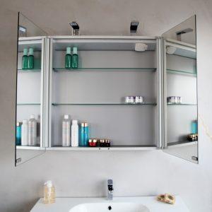 Зеркальный навесной шкаф - идеальный вариант для маленькой ванной комнаты