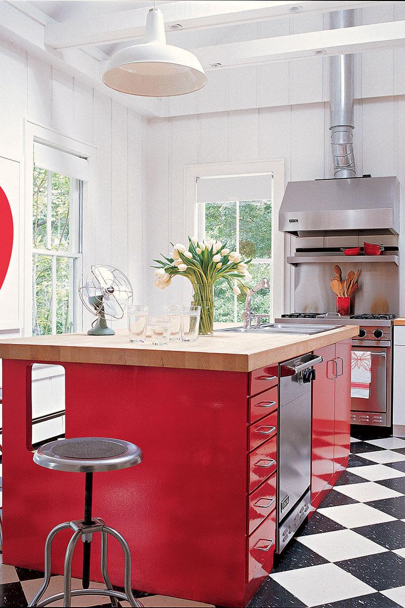 Удивительный дизайн белой кухни с яркими акцентами в виде яркого кухонного гарнитура