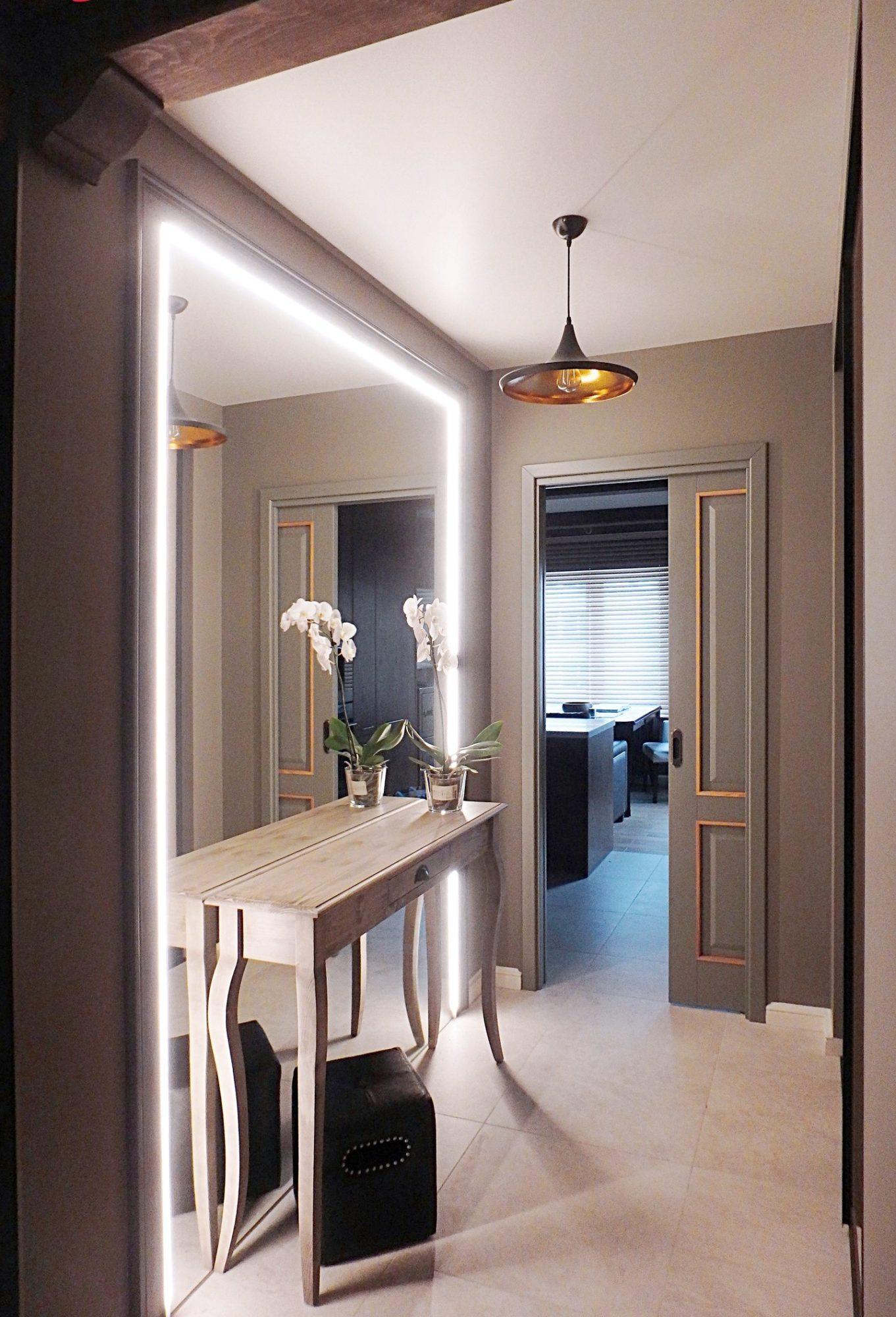 Потрясающее зеркало с подсветкой в интерьере прихожей