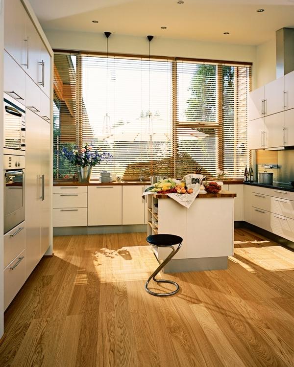 Массивный деревянный пол на кухне - это небольшая проблема для квартиры с детьми